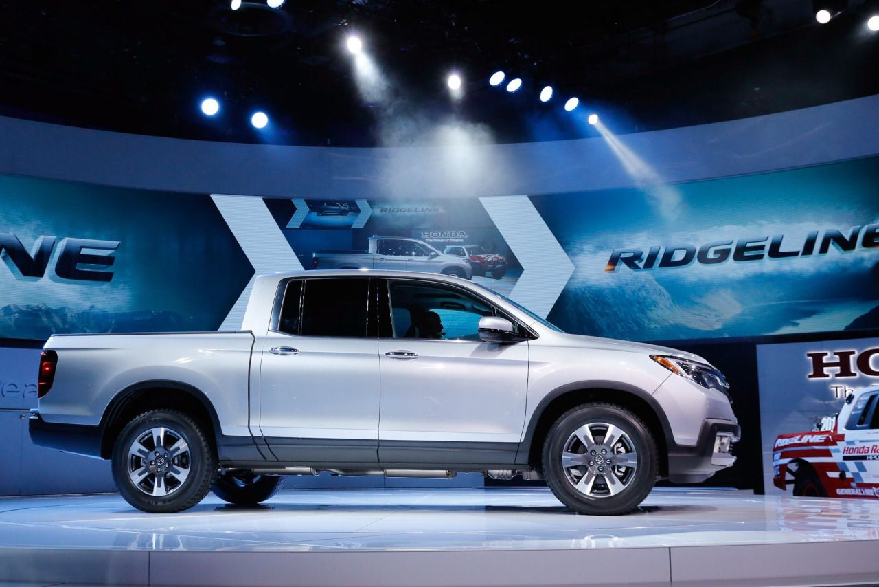all new 2017 honda ridgeline pickup truck makes world debut at 2016 detroit auto show autotalk. Black Bedroom Furniture Sets. Home Design Ideas